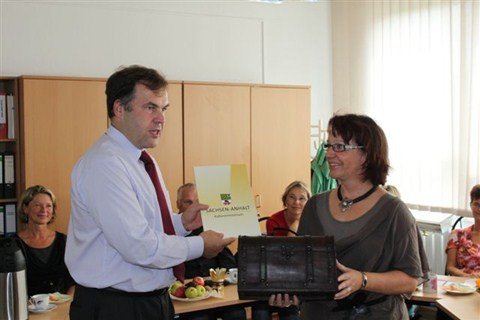 Kultusminister Dorgerloh und Frau Schade, Direktorin der GS Kannenstieg