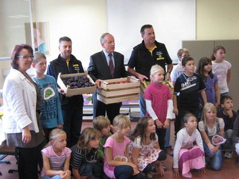 Dr. Hermann Onko Aeikens übergibt symbolisch eine Kiste Obst