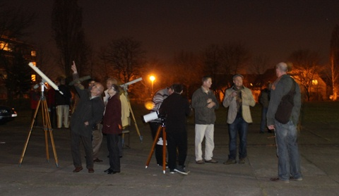 """Öffentliche Beobachtung auf dem Schulhof der Grundschule """"Am Kannenstieg im März 2012"""