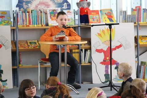 Julien Voigt, Lesekönig der 4. Klassen, stellt sein Buch vor