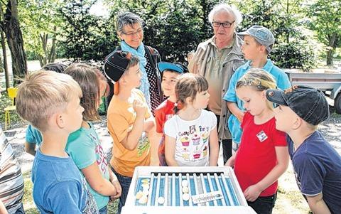 """Günter Vahldiek erklärt den Schülern der GS """"Am Kannenstieg"""" wie ein Brutkasten für Hühnereier funktioniert. Foto: S. Harter"""