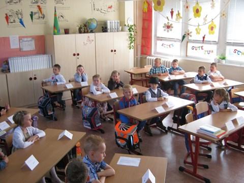 Die Klasse 1a zum ersten Mal in ihrem geschmückten Klassenraum
