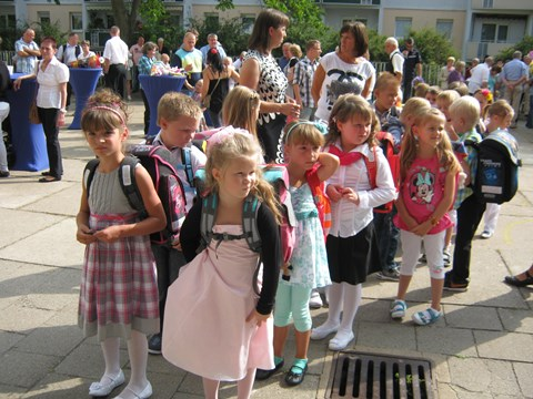 Die Klasse 1c sammelt sich auf dem Schulhof