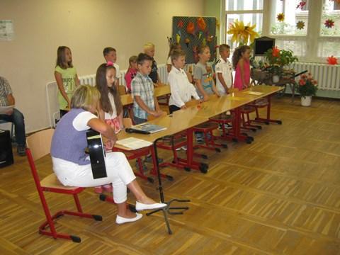 Die Kinder der Klasse 2b begrüßen die neuen Schüler mit einem Programm