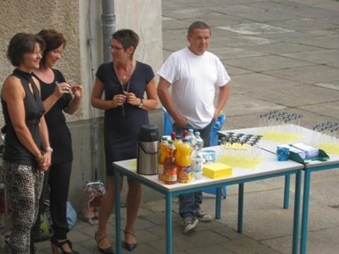 Frau Goedecke, Frau Linke, Frau Jaenecke und Herr Sanne sorgen für kühle und heiße Getränke