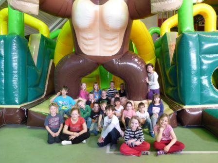 Die ausgezeichneten Kinder vor der tollen neuen Hüpfeburg (2)