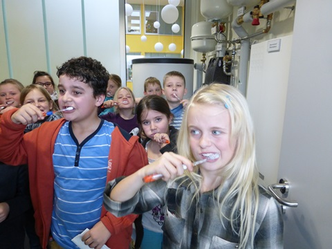 Klasse 3c putzt Zähne im Solarwaschraum