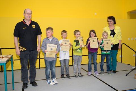 Erste Auszeichnungen durch Schachtrainer M. Uecker und  Schulleiterin C. Schade