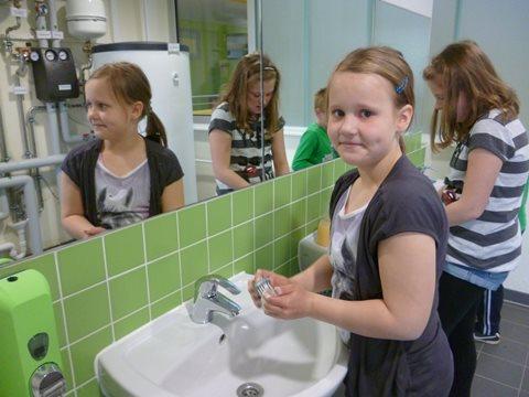 Vor Arbeitsbeginn Händewaschen im Solarwaschraum