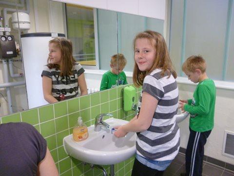 Händewaschen mit Wasser, das mittels Sonnenenergie erwärmt wurde