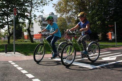 """Arne und Lilli dürfen schon einmal den neuen Verkehrsübungsplatz an der Grundschule """"Am Kannenstieg"""" testen. Hier können ab sofort alle Grundschüler der Stadt das richtige Verhalten im Straßenverkehr, vor allem als Radfahrer, erlernen. Foto: Stefan Harter"""