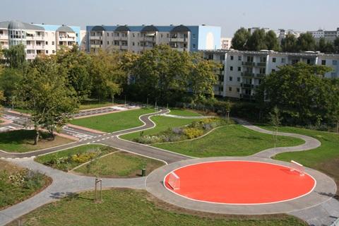 Auf dem Gelände der abgerissenen Wilhelm-Busch-Sekundarschule entstand über die Ferien ein Verkehrsübungs- und ein Bolzplatz (r.). Foto: Stefan Harter