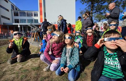 Totale Begeisterung auf dem Schulhof. Carlos (links im Bild) aus der Sternengruppe: Das ist der schönste Tag in meinem Leben!