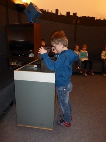 Joel aus der 1c zieht im Planetarium den Gruppennamen für seine Klasse: Sonnengruppe.