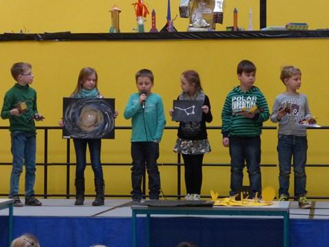 Die Milchstraßengruppe bei der Präsentation ihrer Ergebnisse auf der Bühne.