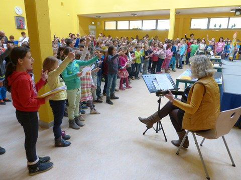 """Die ganze Schulgemeinschaft singt zum Abschluss das SoFi-Lied """"Wenn der kleine Mond vor der Sonne steht""""..."""