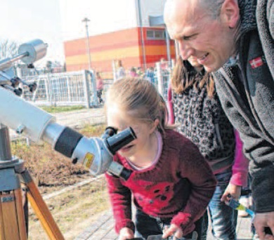 Als Höhepunkt der Astro-Werkstatt können die Schüler die Sofi durch das Teleskop beobachten. Henning Märtens vom Freundeskreis des Astronomischen Zentrum Magdeburgs erklärt ihnen alles Interessante. Fotos: Vanessa Kanz