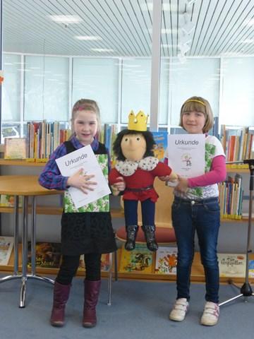 Wir freuen uns sehr über unsere beiden Leseköniginnen Matilda Blin, Klasse 1a  (rechts) und Victoria Smorodina, Klasse 2b (links)
