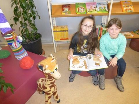 Adisa und Lea aus der 3b finden den Vorlesetag in der Bibliothek super!
