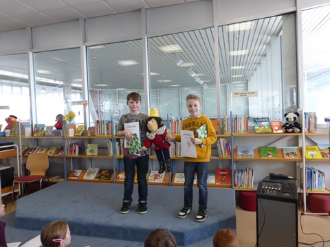Wir freuen uns sehr über unsere beiden Lesekönige Paul Linke, Klasse 3b (links) und Leon Hartula, Klasse 4a (rechts)