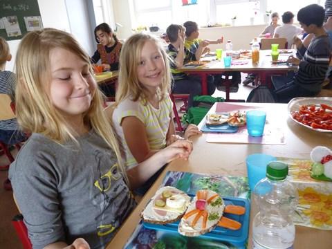 Jenny und Elisa  sind stolz auf ihr selbst zubereitetes leckeres Osterhasen-Pausenbrot