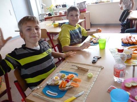 Alexander und Erik freuen sich auf den gesunden Osterhasenschmaus