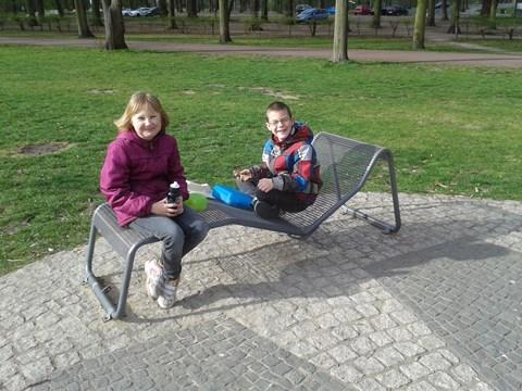 Mariella und Julien relaxen auf einer coolen Liege