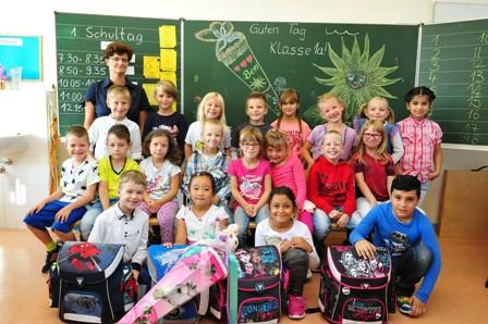 Klasse 1a mit ihrer Klassenlehrerin Frau Krebs