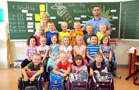 Klasse 1c mit Ihrer Klassenlehrerin Frau Müller und Herrn Berdelidze. Herr Berdelidze leitet die Sprachklasse unserer Schule.