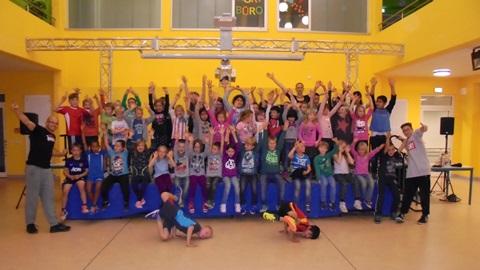 Gruppe der begeisterten jungen Breakdancer vom Kannenstieg