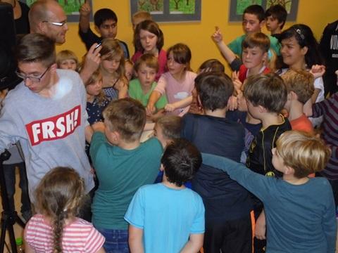 Junge Breakdancer umlagern die Profis Nils Klebe und Simon für ein Autogramm