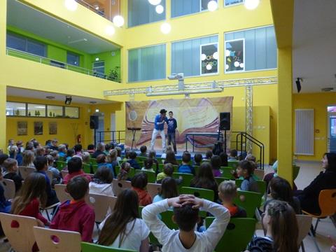 Toni (Kl. 4b) assistiert Dirk Preusse vor dem großen Kursbuch auf der Bühne