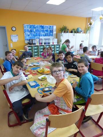 In der Klasse 3a werden alle Vorbereitungen für das große Frühstücksbuffet getroffen.