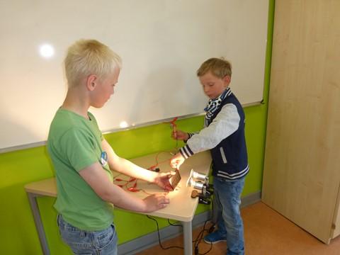 Die Mädchen und Jungen der Klasse 1b entdecken tolle Möglichkeiten der Nutzung von Solarenergie! (1)