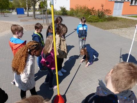 Die Klasse 2c bei einem spannenden Schattenstab-Experiment
