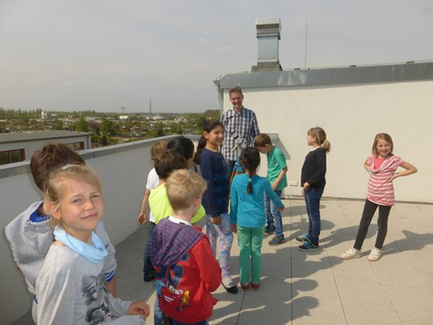 Auf der Sternwarte: Herr Loof dicht umzingelt am Protuberanz-Sonnenteleskop!