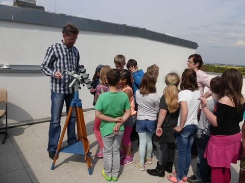 Die Mädchen und Jungen der Klasse 2b mit ihrer Klassenlehrerin Frau Gottschalk am Protuberanz-Sonnenteleskop
