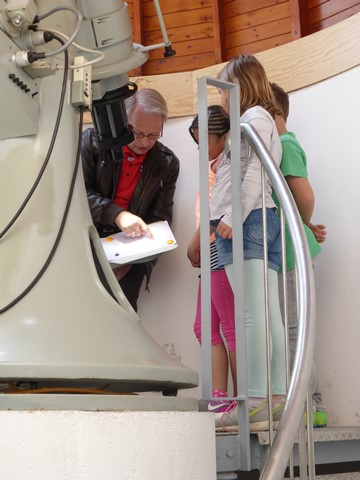 Auf der Sternwarte: Hans-Peter Bauer zeigt den jungen Astro-Fans die Sonnenflecken
