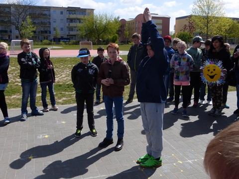 Christian Näter und Julian Häberer aus der Klasse 4a erklärten die Funktionsweise der lebenden Sonnenuhr, Kevin Girth stellte sich dabei gleich mal als lebender Sonnenuhr-Zeiger zur Verfügung.