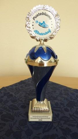 Pokal für die teilnehmerstärkste Grundschule