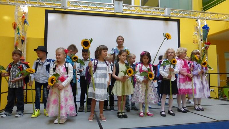 Stolze Kinder aus der Klasse 1a mit ihrer Klassenlehrerin Frau Böhm