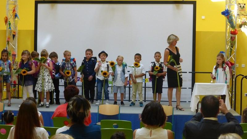 Wie alle anderen Kinder klingelt sich Charlotte stolz ins Schulhaus und in ihre Klasse 1b ein.