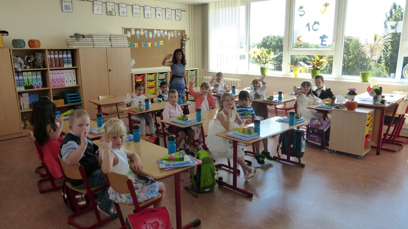 Die Klasse 1c erlebt in einem tollen Klassenraum ihre allererste Unterrichtsstunde